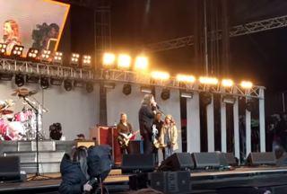 Finast idag: Nästa generation Grohl spelar trummor med farsan
